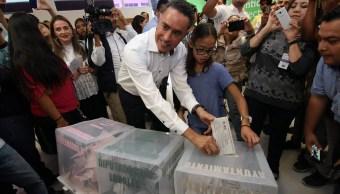 Guillermo Anaya emite su voto este domingo (Notimex)