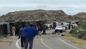 Personal de emergencias asiste al lugar en el que se volcó un autobús en una carretera de Mendoza, Argentina (EFE)