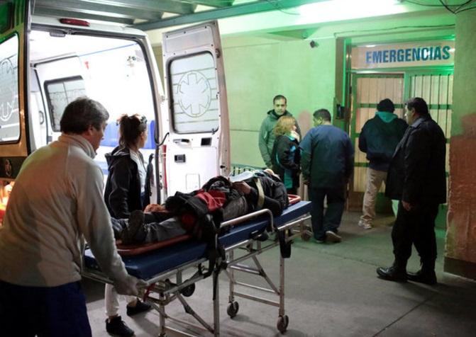 Un hombre herido es trasladado a la sala de emergencias del Hospital Schestakow, en San Rafael, Argentina (Reuters)