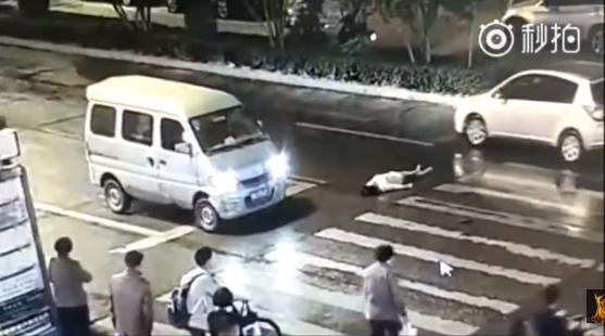 Indigna video: Mujer en China sufre doble atropello y nadie la ayuda