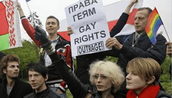 Activistas protestan a favor de los derechos homosexuales en Rusia