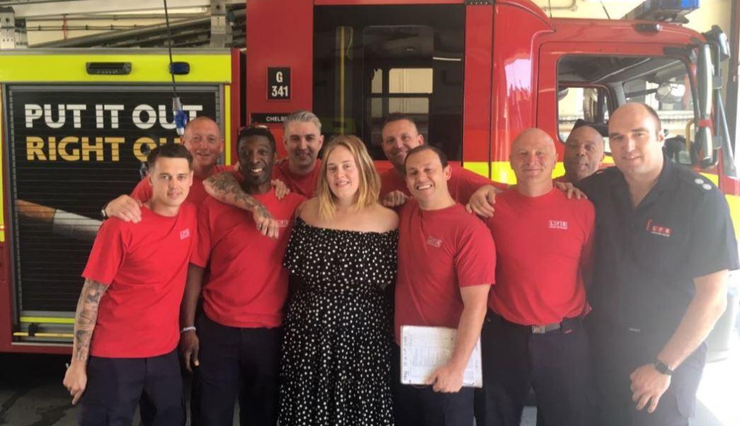 Adele visita a bomberos de Londres