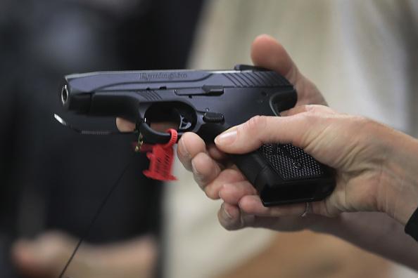 Una persona porta un arma en venta