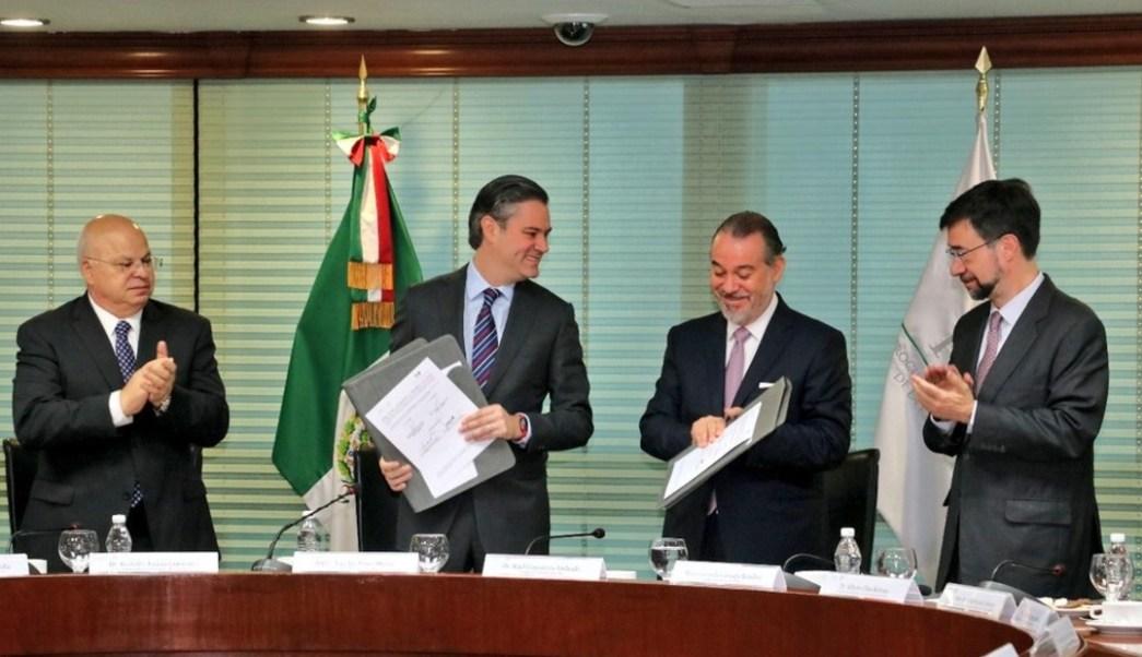 Aurelio Nuño y Raúl Cervantes atestiguan la firma del convenio para difundir el nuevo Sistema Penal Acusatorio. (Twitter: @aurelionuno)