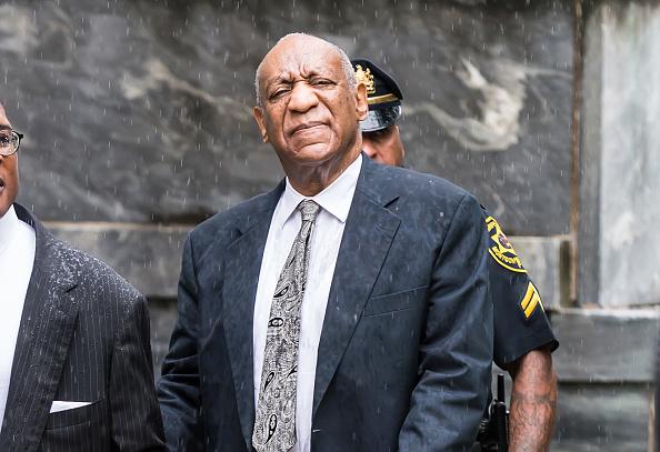 Bill cosby entra a tribunal para enfrentar juicio