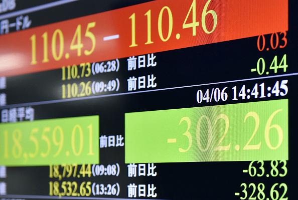 Una pantalla muestra resultados de la sesión en la Bolsa de Tokio