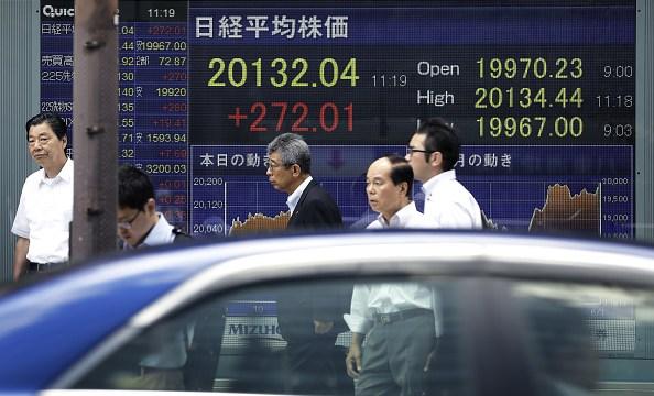 Tablero electrónico muestra resultados de la Bolsa de Tokio