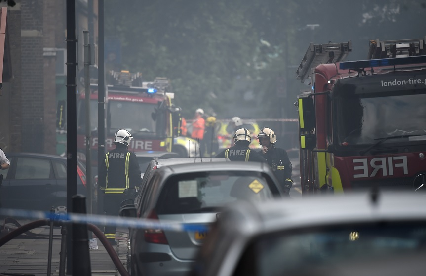 Los bomberos se enfrentan a un incendio en un bloque de edificios de poca altura en Bethnal Green, noreste de Londres (Reuters)