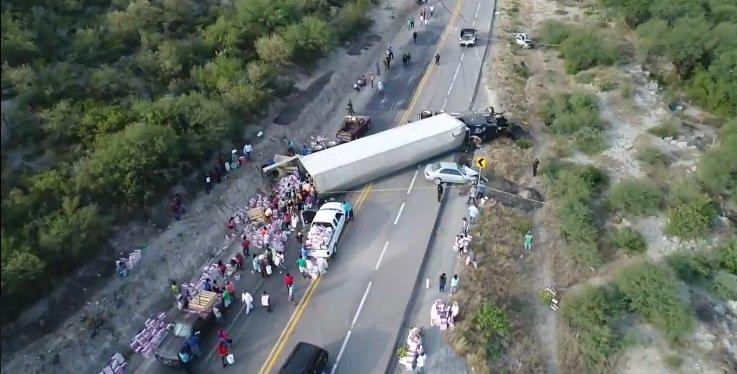 Choque de tráiler y automóvil en Jaumave, Tamulipas