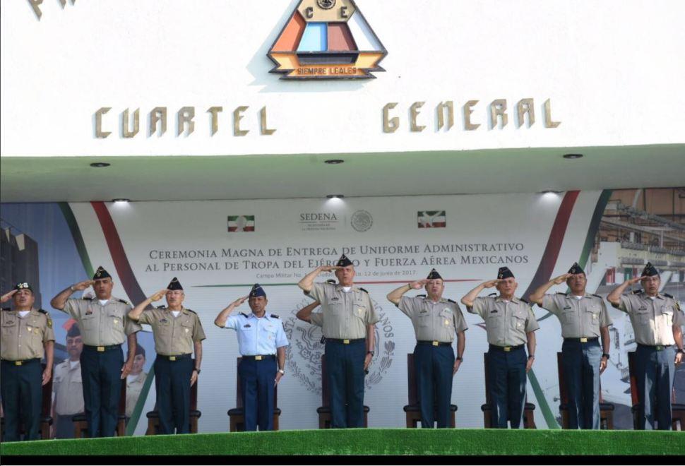 Cienfuegos entrega uniformes a personal de tropa