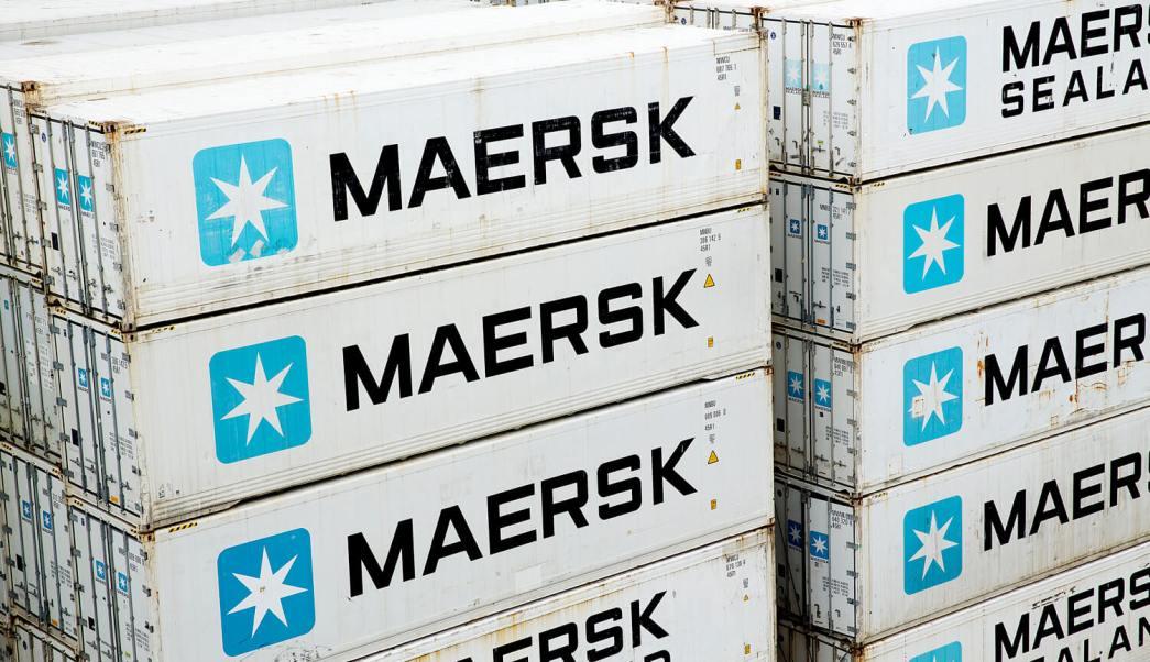Contenedores apilados de la naviera Maersk