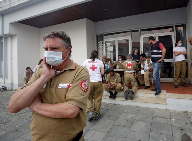 Personal de la Cruz Roja en un centro de socorro para las personas afectadas por un incendio forestal en Figueiro dos Vinhos (Reuters)