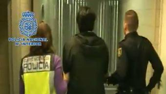 Javier Nava Soria escoltado por policías en Barcelona, donde fue detenido