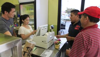 Dos hispanos realizan compras en una tienda de California