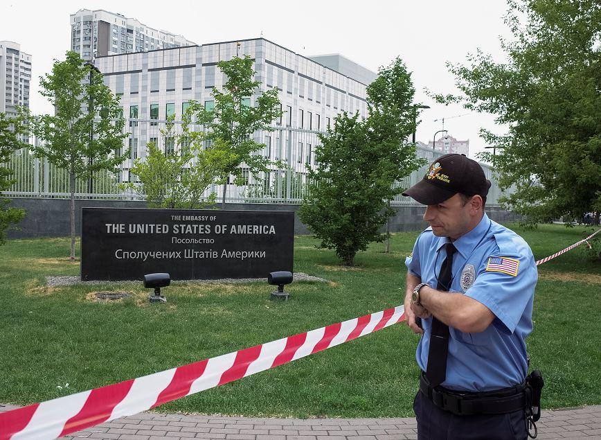 Lanzan explosivo contra la embajada de Estados Unidos en Kiev