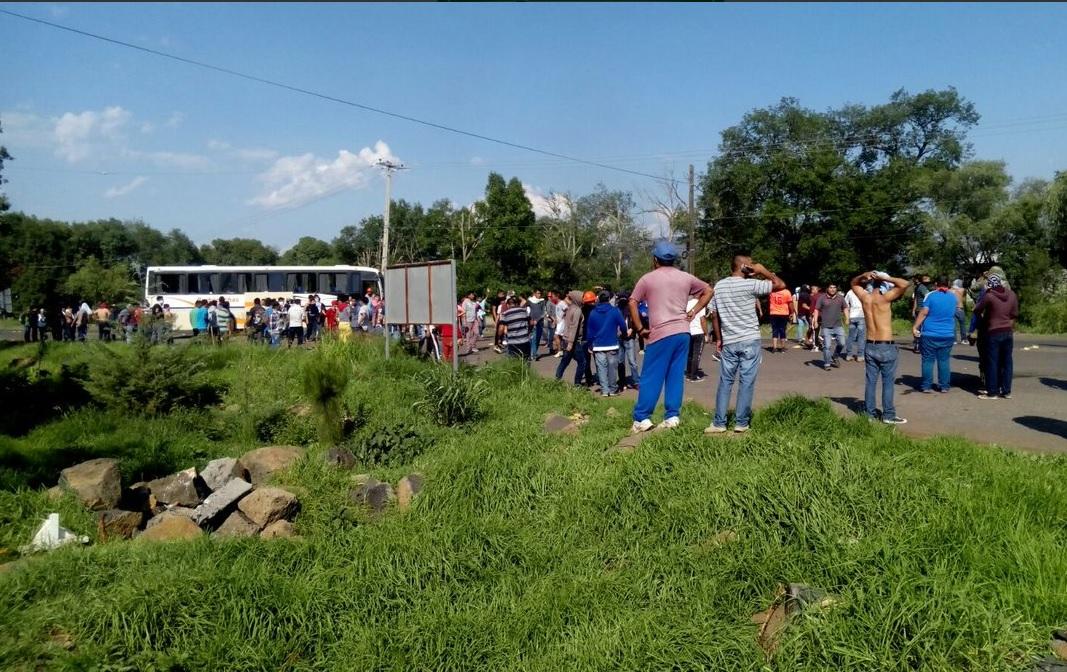 Normalistas de Tiripetío se enfrentan con policías; hay 1 herido