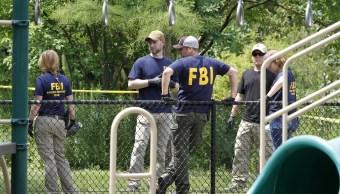Agentes del FBI investigan un parque cerca del campo de béisbol en Alejandría, Virginia (AP)