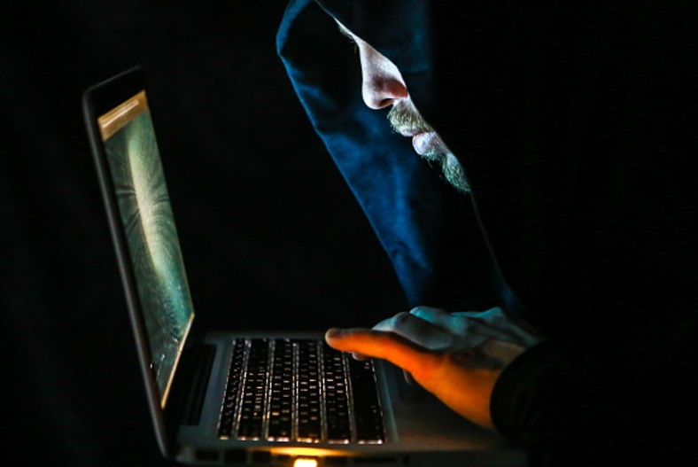 Un hombre frente a una computadora portátil (Getty Images)