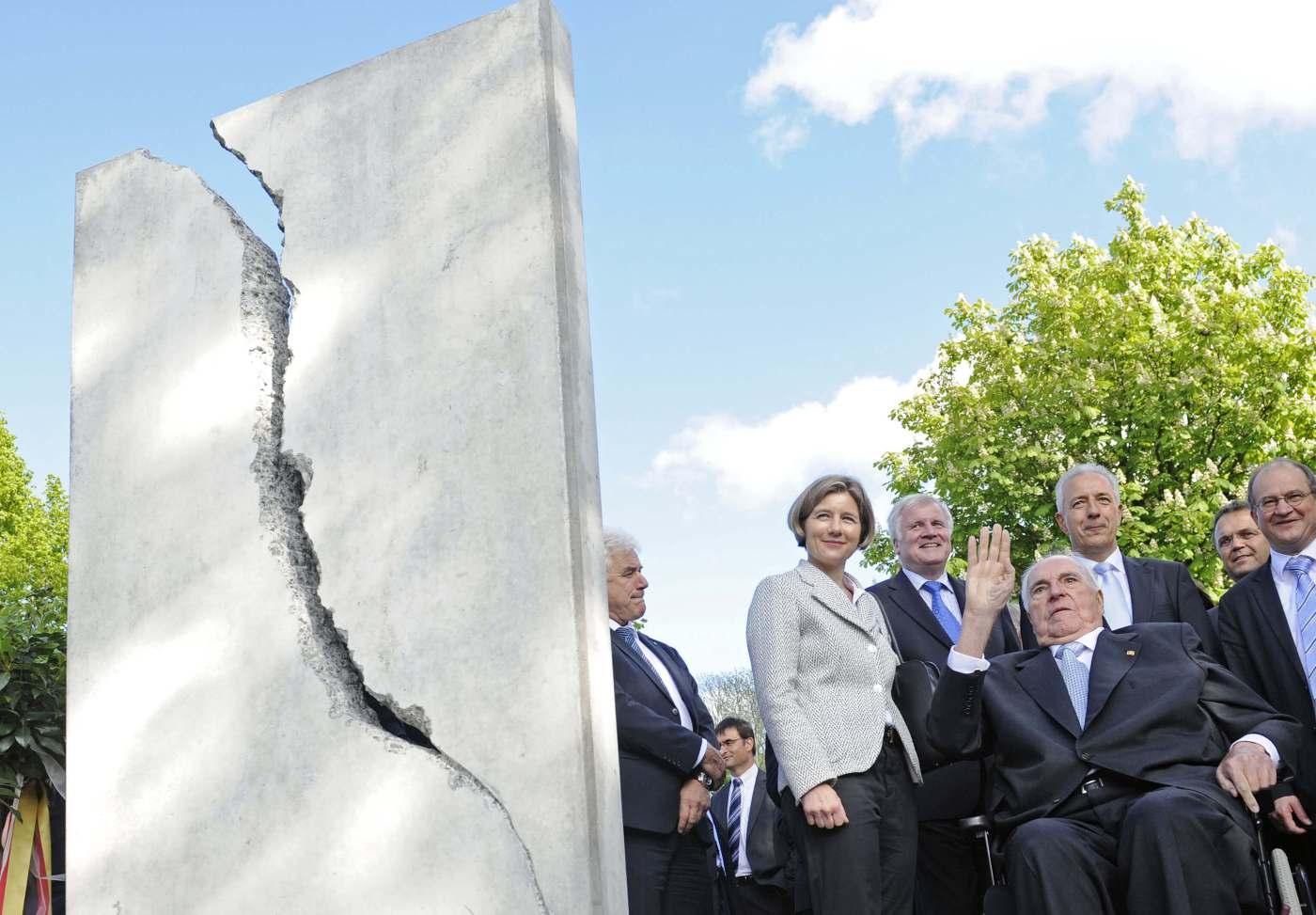 Helmut Kohl junto al monumento que lo reconoce por la reunificación alemana