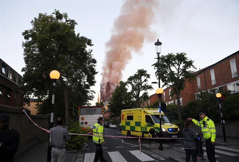Incendio, Londres, Inglaterra, Torre Grenfell, 30 lesionados, emergencia, seguridad