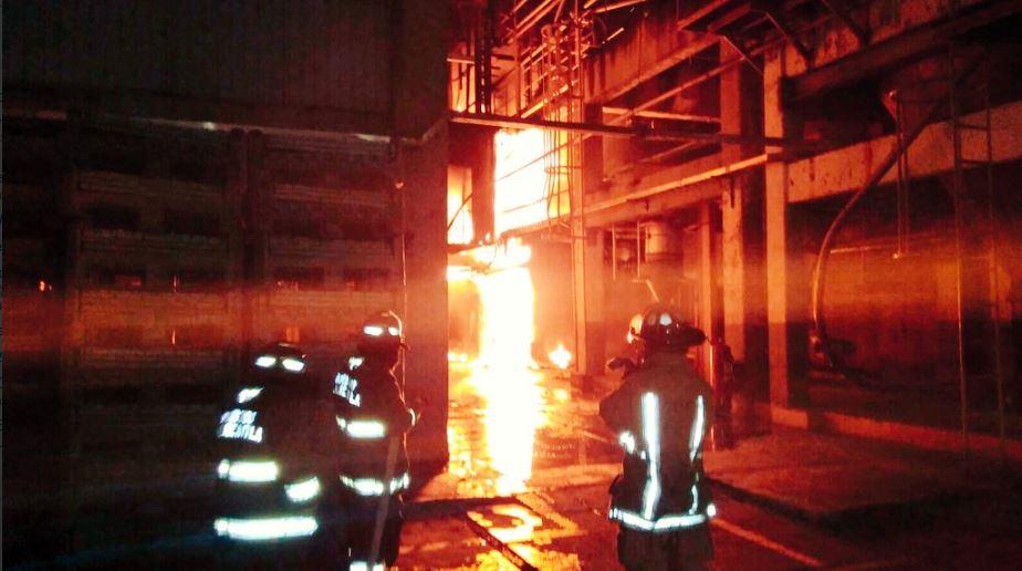 Bomberos atienden un incendio en tlalnepantla