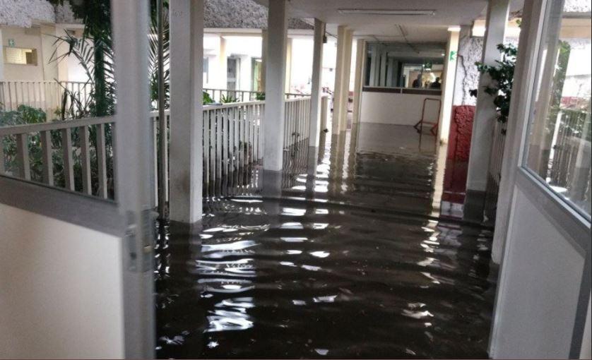 hospital se inunda con agua de lluvia tras tormenta