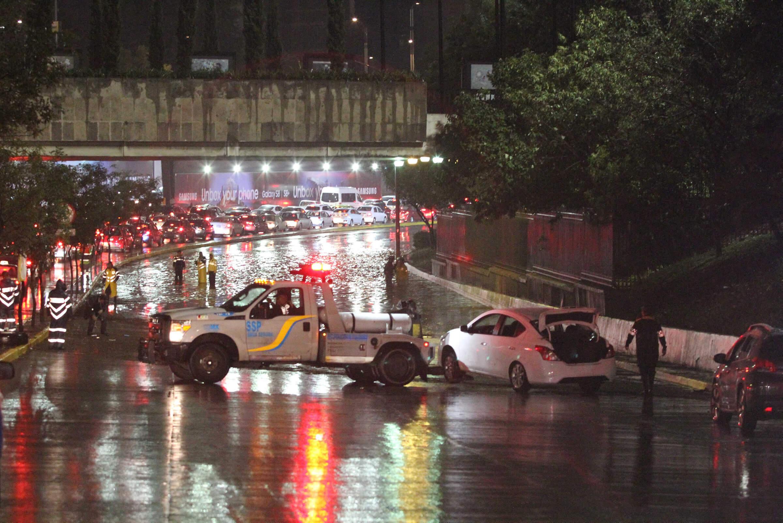 Inundación en Circuito Interior y Reforma,a la altura de Metro Chapultepec