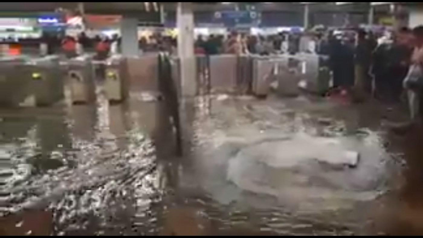 Agua brota por coladeras de la L7 del metro