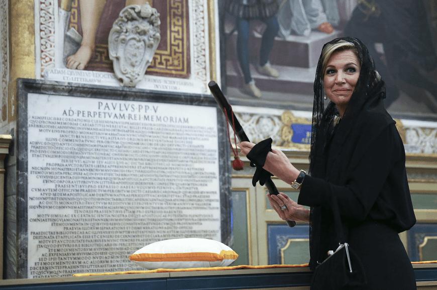 La reina Máxima de Holanda sostiene el bastón de mando de Guillermo de Orange