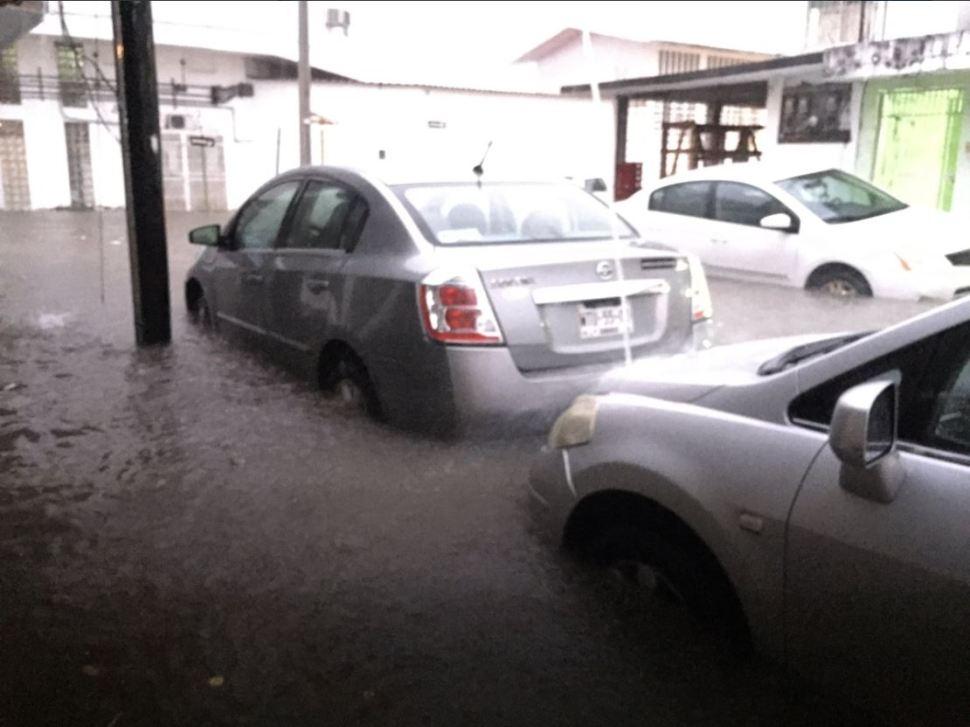 Autos quedan bajo el agua por fuertes lluvias en Villahermosa