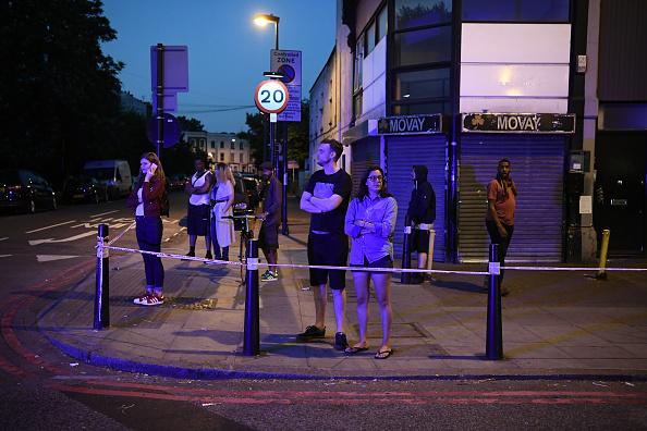 Un grupo de personas observa el operativo de seguridad tras atentado en mezquita (Getty Images)
