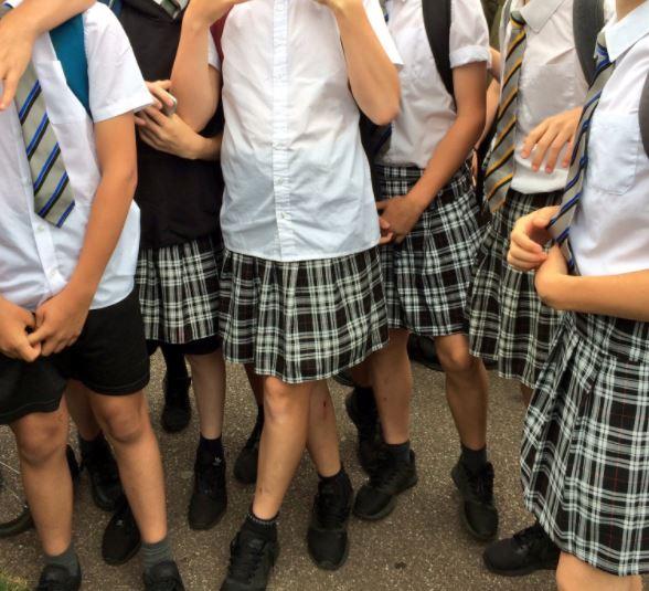 Varones usan falda para ir a la escuela en Devon