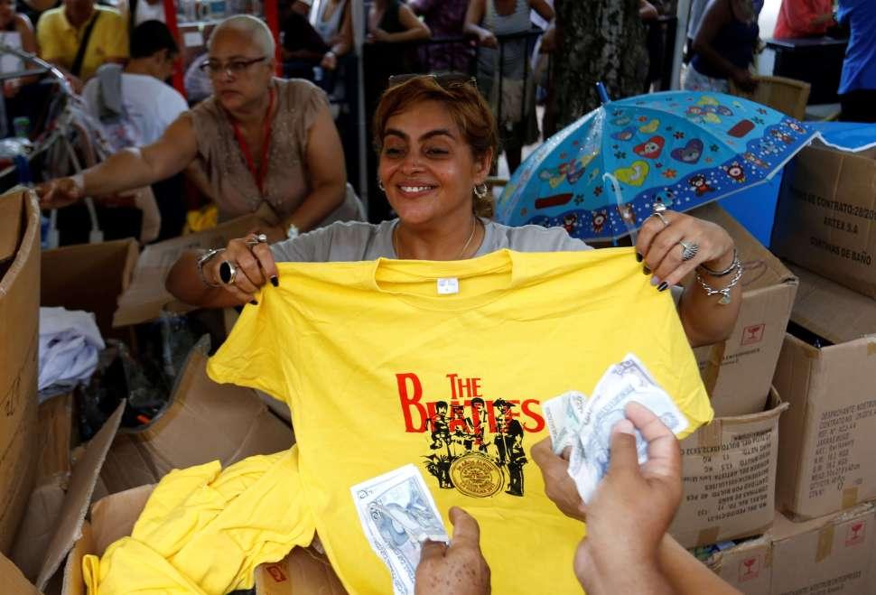 Mujer con playera de The Beatles durante concierto en La Habana