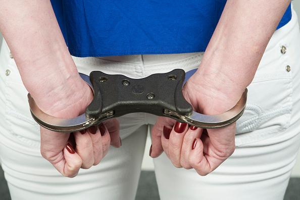 Un mujer porta esposas debido a que cometio un delito