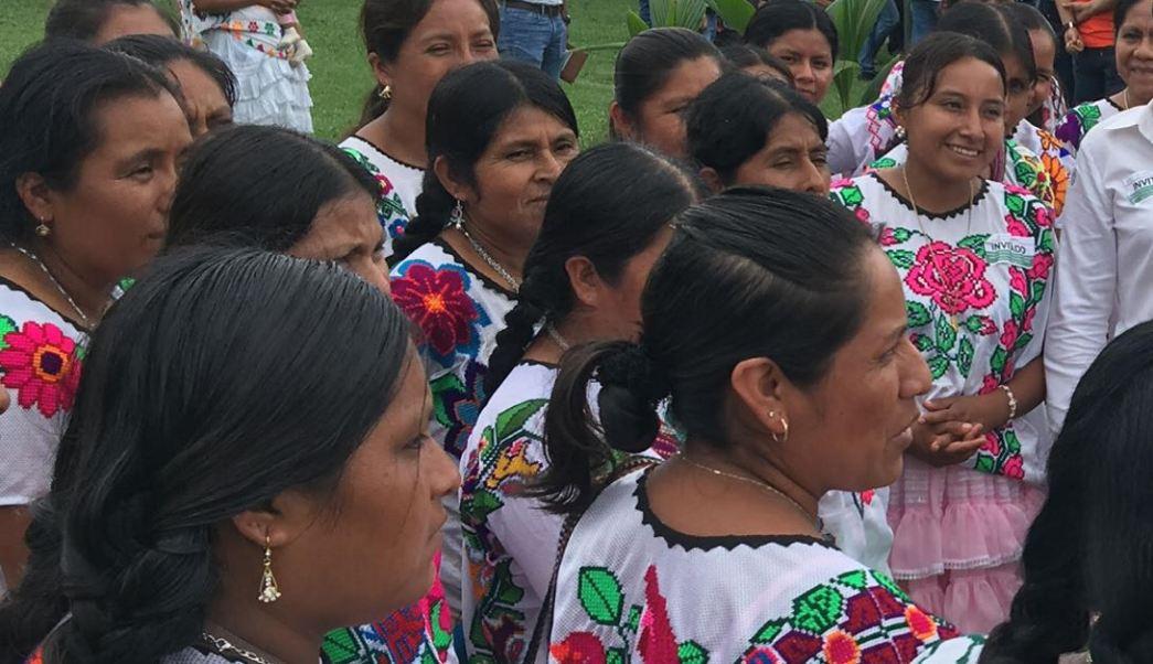 Mujeres indígenas de Guerrero usan sus trajes tipicos