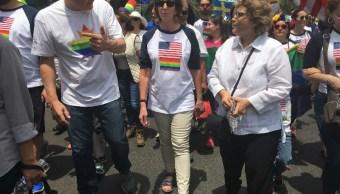 Los embajadores de Canadá, Pierre Alarie y de Estados Unidos, Roberta Jacobson participaron en la edición 39 de la marcha LGBTTTI (Notimex)
