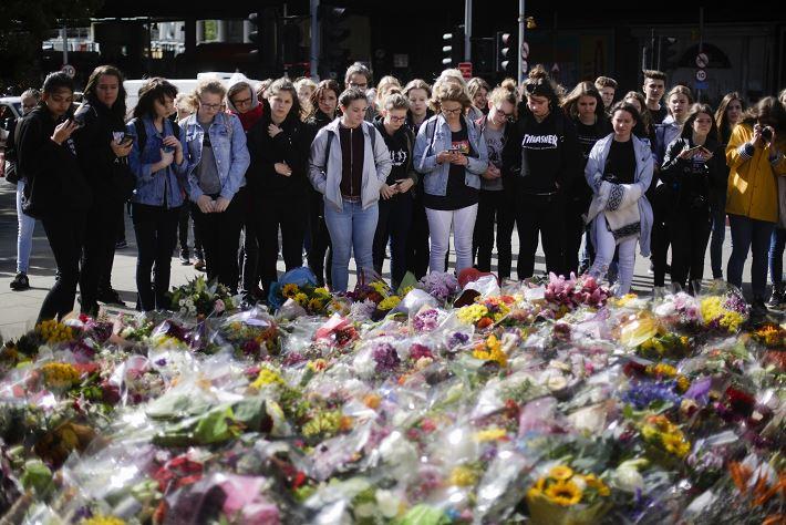 Ofrendas florales en London Bridge tras atentado del 3 de junio