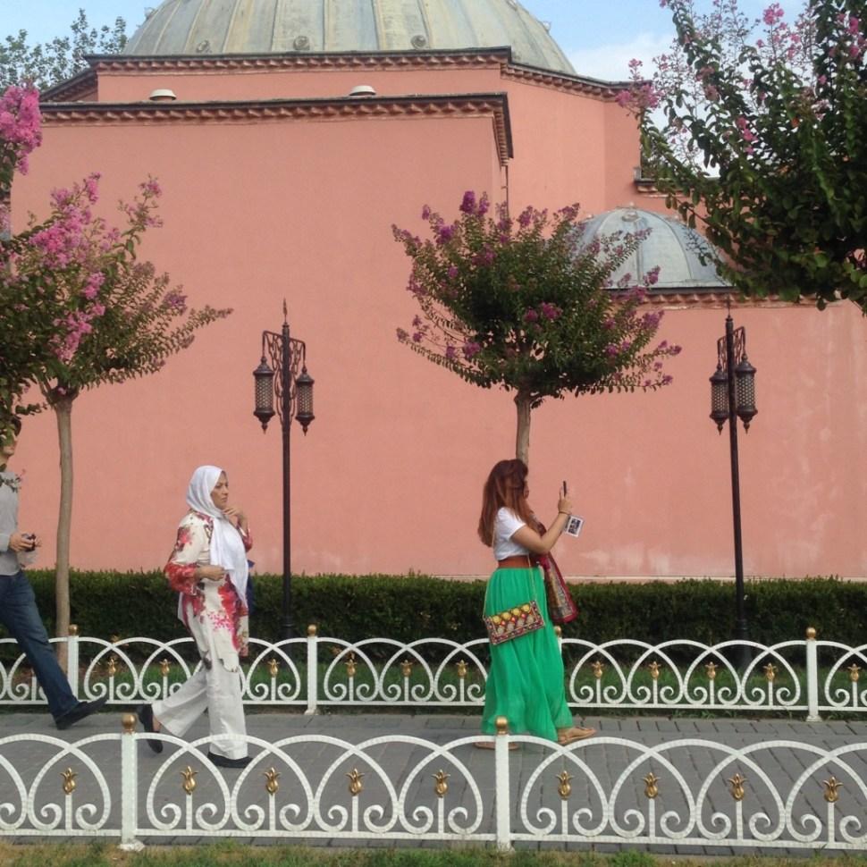 Contraste entre dos mujeres de Estambul