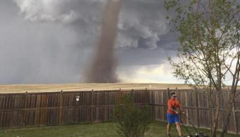 Tornado, Hombre, cortando pasto, foto