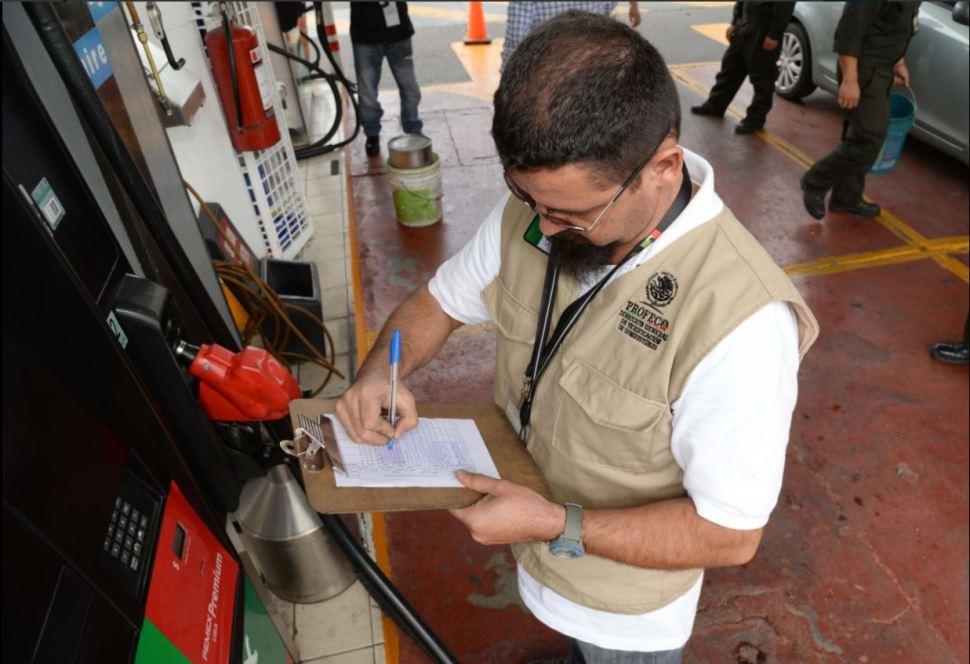 personal de profeco revisa gasolineras