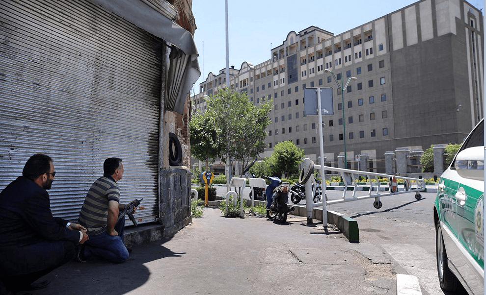 Personal de seguridad vigila los alrededores del Parlamento en Teherán
