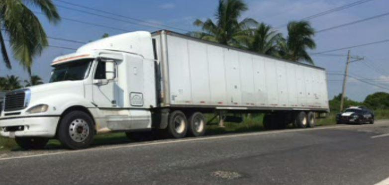 Policía Federal asegura tráiler robado en Veracruz