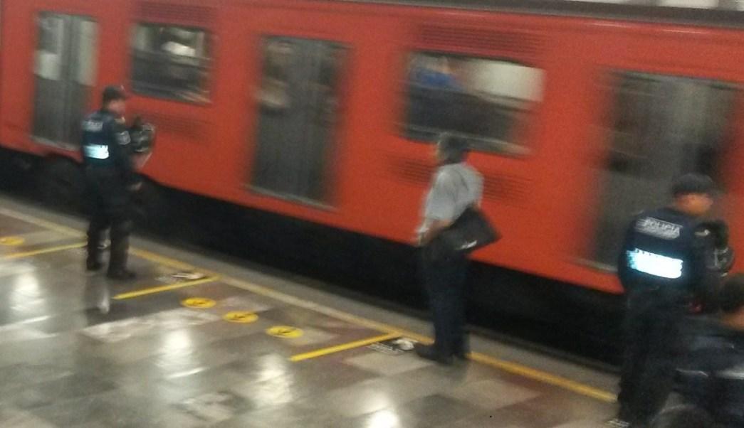 Un hombre espera en un anden del Metro CDMX