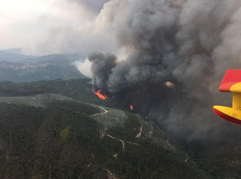 Vista aérea del incendio forestal en Portugal que se ve desde la cabina de un avión de combate español (Reuters)