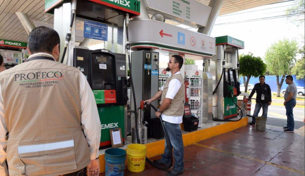 Personal de la profeco revisa gasolineras