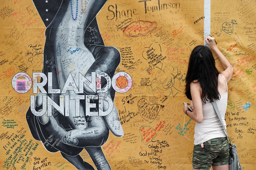 Firman la pared afuera del Pulse Nightclub, en Orlando, Florida, en el primer aniversario del peor tiroteo de EU (Reuters)