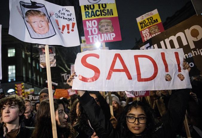 Manifestantes sostienen pancartas contra Donald Trump (Getty Images)