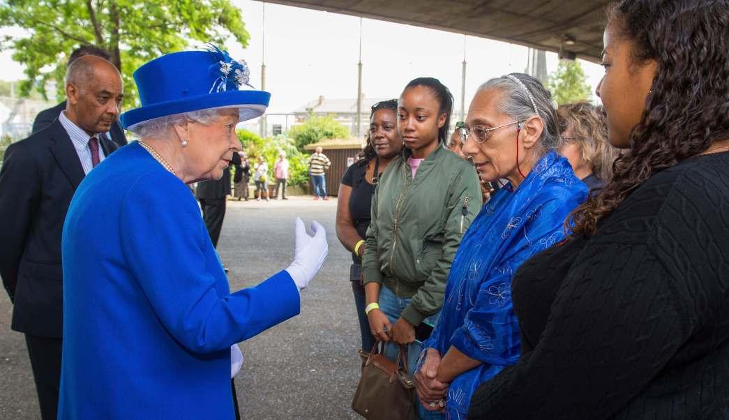 Reina Isabel II se reúne con sobrevivientes del incendio en Londres