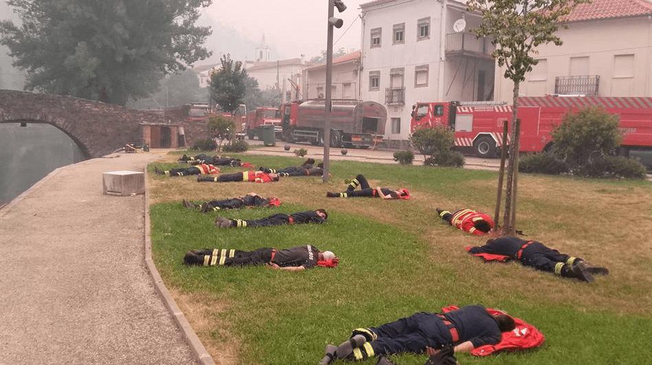 Se viraliza foto de bomberos considerados héroes en Portugal