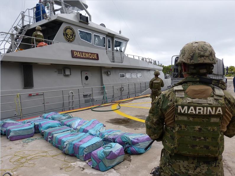 La Secretaría de Marina aseguró ladrillos de cocaína que flotaban en el mar, al suroeste de Puerto Chiapas (Foto: Semar)